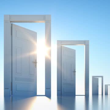 Offene Türen im Sonnenlicht